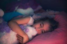 Koc obciążeniowy pomaga dzieciom w zasypianiu.