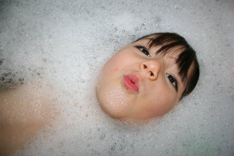 Co robić, gdy dziecko pije wodę z wanny?