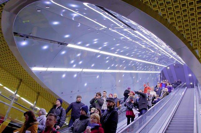 Mimo dla wielu osób długiego weekendu dni otwarte II linii metra cieszyły się dużym powodzeniem.