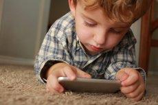 Dziecko potrzebuje wsparcia rodziców przy wykonywaniu e-zadań.