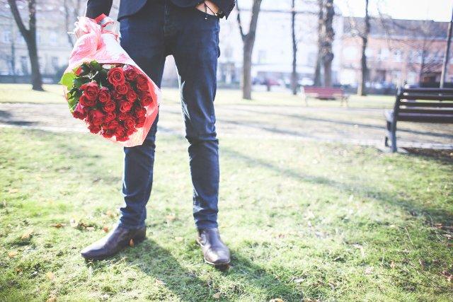 Fot. Picjumbo /[url=http://picjumbo.com/gentleman-holding-a-bouquet-of-roses/]Viktor Hanáček[/url] / [url=http://bit.ly/CC0-PD]CC0 Public Domain[/url]