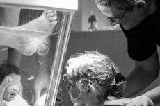 Poród w wodzie w towarzystwie dziecka.