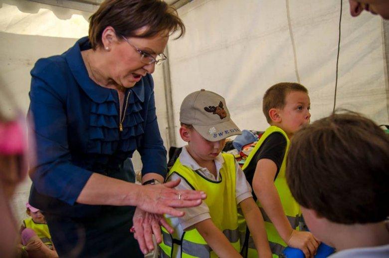 Ewa Kopacz w czasie zajęć z pierwszej pomocy
