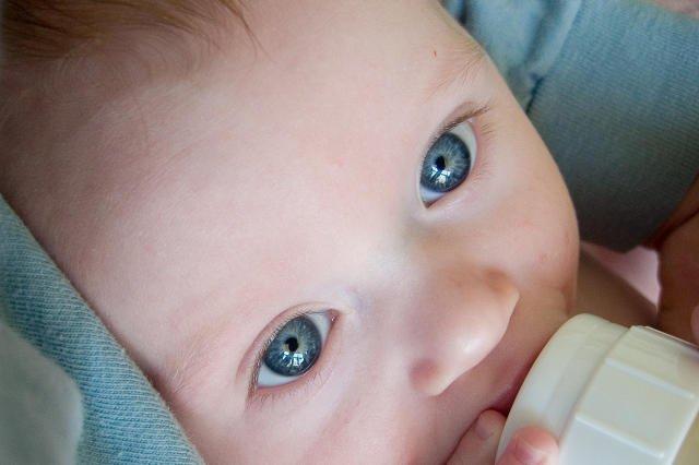 Czystość dziecięcej butelki z mlekiem jest bardzo istotna.