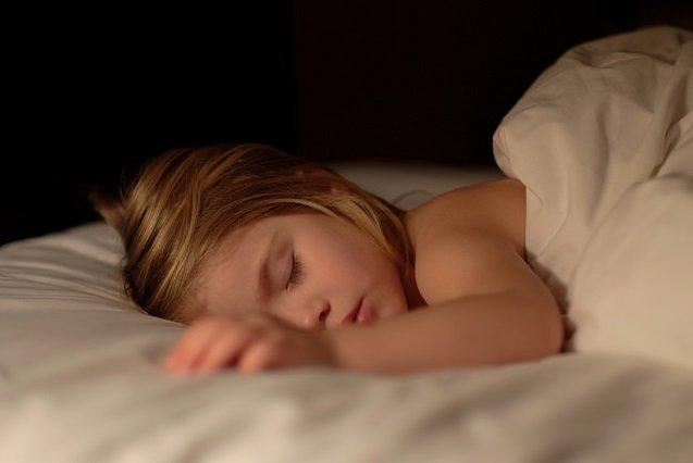 Ból brzucha u dziecka może mieć wiele przyczyn, jednak nigdy nie należy go lekceważyć