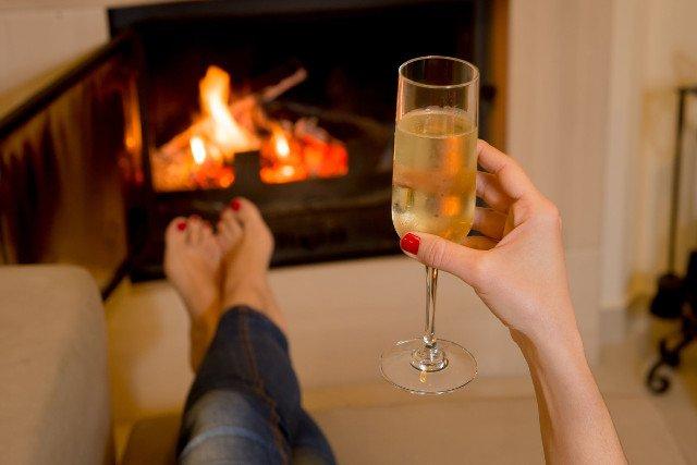 Pijemy do kolacji i do śniadania (w wakacje). Pijemy ze smutku, i z radości. Pijemy, żeby się dobrze bawić ze znajomymi. I, żeby przeżyć cierpienie. I stres. Pijemy rozsądnie. Nie za dużo.