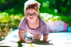 Jak ubrać dziecko w upał – to problem wielu rodziców