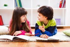 Najlepszą lekcję o sile dobrej komunikacji, jaką możemy udzielić dzieciom, jest przejawiany przez nas samych szacunek do każdego rozmówcy