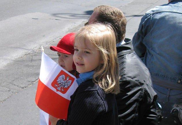 Biał--czerwone flagi w dziecięcych dłoniach - taki obrazem zobaczymy w tym tygodniu niejeden raz.