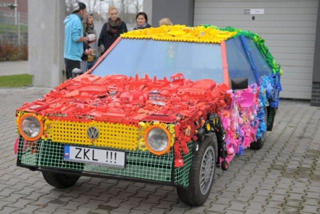 Uczniowie przez trzy miesiące zbierali stare zabawki, by zbudować z nich model auta.