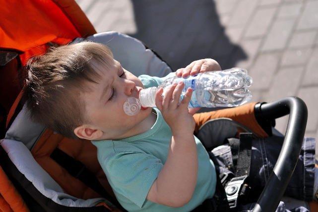 W jakich butelkach podawać dzieciom wodę, gdy jest upał?