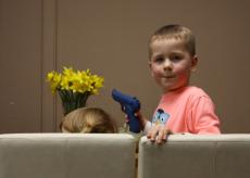 Dzieci lubią bawić się bronią