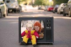 Matkom z dziećmi na rozrywkę i rozwój nie zostaje wiele czasu. Nawet jeśli mamy go wygospodarują, mają do wyboru – mało ambitną ofertę telewizyjną.