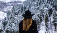 Fot. Pixabay.com / [url=https://pixabay.com/en/woman-forest-black-hat-jacket-1150111/]Unsplash[/url] / [url=https://pixabay.com/en/service/terms/#usage]CCO Public Domain[/url]
