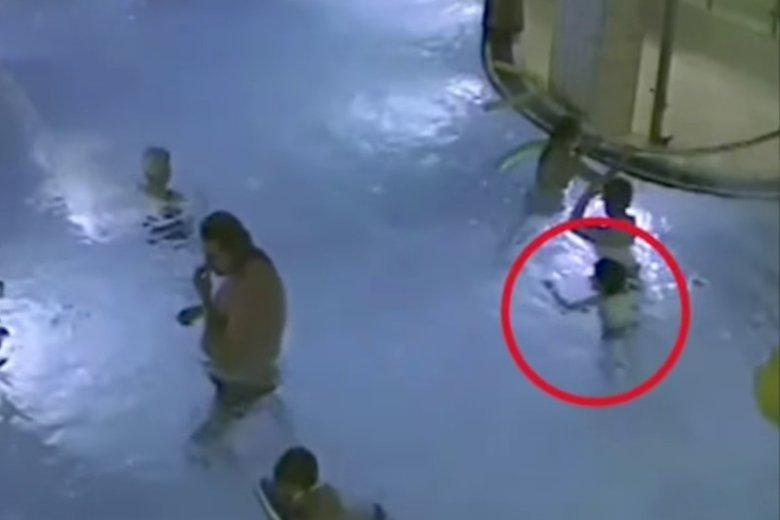 Wstrząsające nagranie z basenu – nieprzytomne dziecko pływa i nikt nie udziela mu pomocy przez 4 minuty.