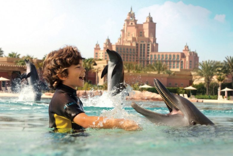 Zatoka Delfinów (Dolphin Bay) to wchodzące w skład parku wodnego Aquaventure delfinarium znajdujące się w pobliżu hotelu Atlantis The Palm w Dubaju