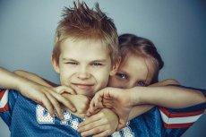 Fot. Pixabay/ [url=http://pixabay.com/pl/bracia-i-siostry-brat-siostra-692822/]RondellMelling[/url] / [url= http://pixabay.com/pl/service/terms/#download_terms]CC O[/url] Silny chłopiec, słaba dziewczyna. Podstawa stereotypów