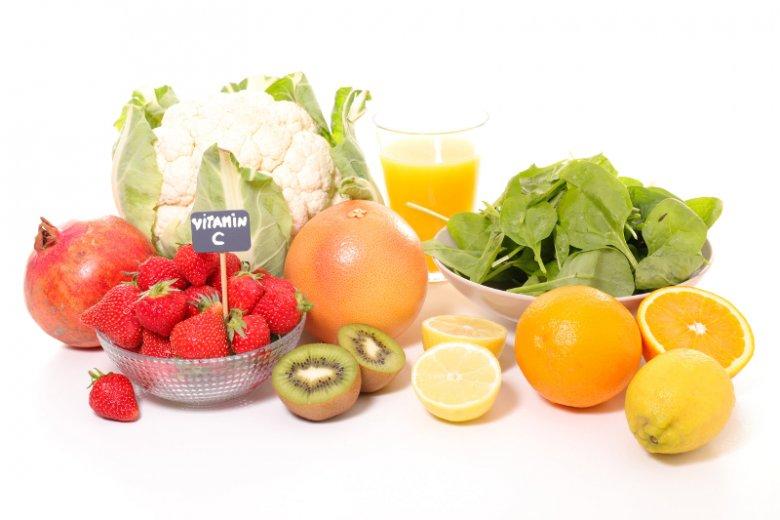 Zestaw artykułów spożywczych bogatych w witaminę C, która staje się nieoceniona zimą, gdy czyhają na nas choroby