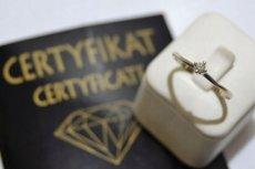 Ogłoszeń o sprzedaży pierścionka zaręczynowego nie brakuje.