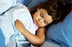Problemy ze snem dziecka mogą wynikać ze złych nawyków rodziców. Wymieniamy 5 błędów, które utrudniają maluchom zaśnięcie