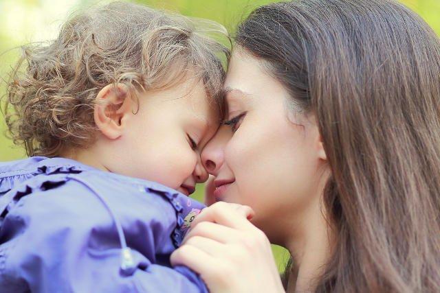Częste przytulanie dzieci zwiększa ich poczucie bezpieczeństwa.