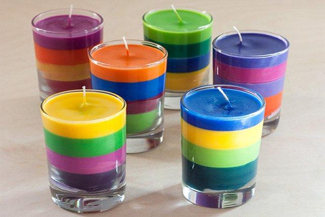Fot. Adventures in making / [url=http://adventures-in-making.com/diy-crayon-candles/] DIY: Crayon candles[/url]