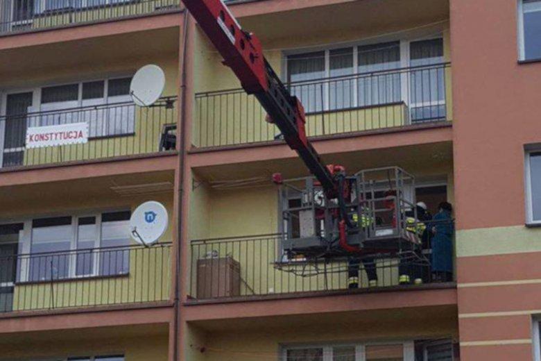 Babcia zamknięta na balkonie przez wnuczka.