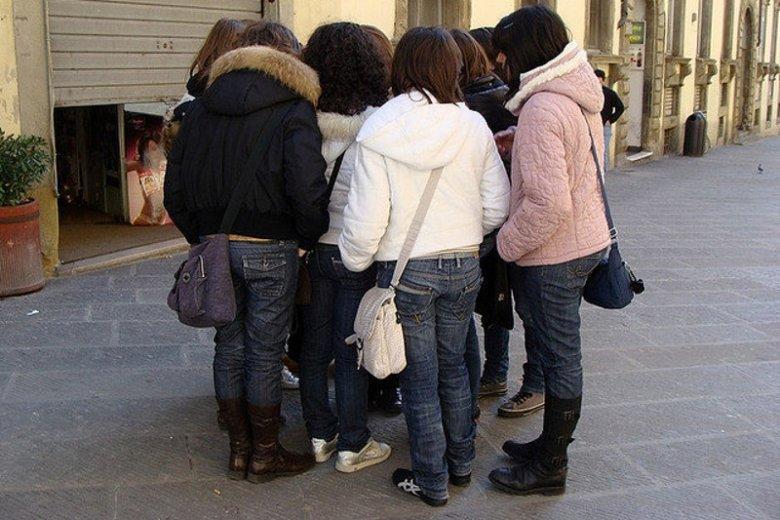 Dręczenie wśród nastolatków jest ogromnym problemem w wielu szkołach.