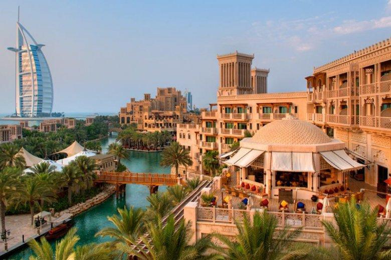 W swojej ofercie dla dzieci Madinat Jumeirah Al Qasr ma głównie dostęp do Sinbad's Kids Club z bogatym programem zajęć