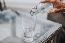 Dlaczego nie warto zostawiać przy łóżku szklanki z wodą na noc