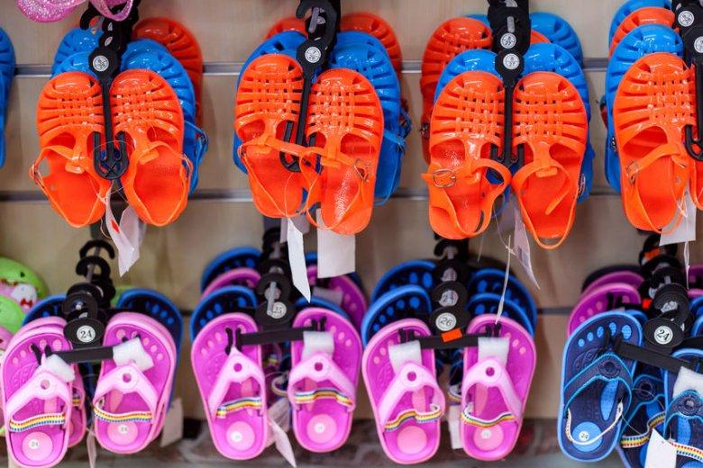 Plastikowe buty mogą zniszczyć stopy dziecka.