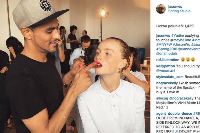 Yadim, makijażysta, który stworzył look do pokazu Jasona Wu śmiało wgniata w usta modelki kolor