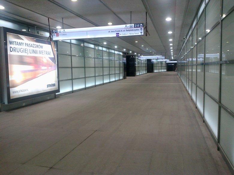 Na stacjach II linii metra jest szeroko - tutaj: stacja Rondo ONZ.