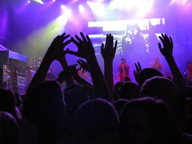 Fot. Pixabay /[url=http://pixabay.com/pl/koncert-wydarzenie-scena-t%C5%82um-441341/]dantetg[/url] / [url=http://bit.ly/CC0-PD]CC0 Public Domain[/url]