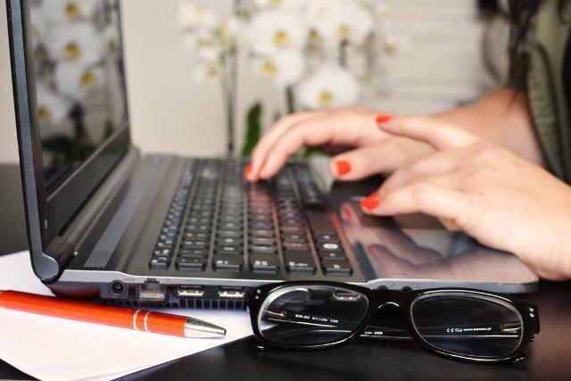 Fot. Pexels / [url=https://www.pexels.com/photo/person-woman-desk-laptop-3061/]www.pexels.com[/url] / [url=https://www.pexels.com/photo-license/]Creative Commons Zero[/url]