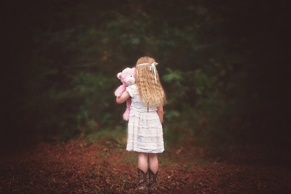 Fot. Pixabay / [url=https://pixabay.com/en/girl-woods-backside-looking-away-956686/]Greyerbaby[/url]/[url=https://pixabay.com/en/service/terms/#usage]CC0 Public Domain[/url]