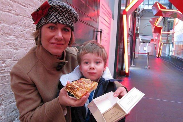 Choć żadna matka się do tego nie przyzna, czasem dziecko zamiast pożywnego krupniku dostaje na obiad pizze. Patologia?
