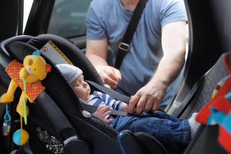 Nie pozwól dziecku spać w foteliku poza autem.