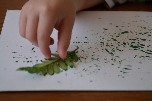 Przykład dziecięcej zabawy z liśćmi