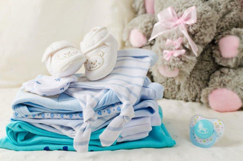 Standardowa wyprawka dla noworodka składa się z ubranek dziecięcych, akcesoriów kąpielowych i pielęgnacyjnych, środków higienicznych i kosmetyków, akcesoriów do przewijania, produktów do spania oraz urządzeń do transportu malucha