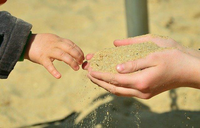 Fot. Pixabay/[url=https://pixabay.com/pl/r%C4%99ce-piasku-dzieci-w-r%C4%99ce-topnie%C4%87-717522/]condesign[/url] / [url=  http://pixabay.com/pl/service/terms/#download_terms]CC O[/url]