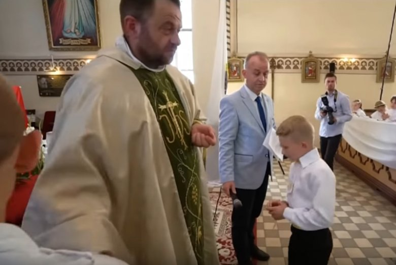 Ksiądz Mirosław Masztalerek komentuje nagranie z pierwszej komunii w parafii pw. Zesłania Ducha Świętego w Ząbrowie.
