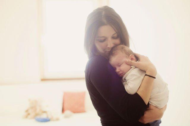 Noszenie i przytulanie noworodka wpływają na rowijanie się jego układu nerwowego.