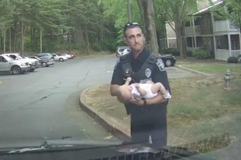 Policjant uratował życie 2-miesięcznego dziecka