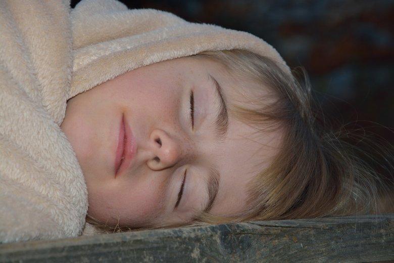 Fot. Pixabay/[url=https://pixabay.com/pl/spa%C4%87-dziecko-dziewczyna-zbiorcze-531211/]Pezibear[/url] / [url=  http://pixabay.com/pl/service/terms/#download_terms]CC O[/url]