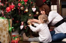 Fot. [url= http://www.shutterstock.com/pic-119595754/stock-photo-happy-mother-decorating-christmas-tree-with-her-baby.html?src=GPakNx6GIZ9aJgUGzh8JhQ-1-24] Sergey Mironov[/url]/Shutterstock