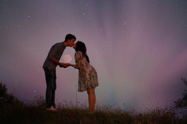 Fot. Pixabay / [url=https://pixabay.com/en/couple-love-luna-romance-913234/]AdinaVoicu[/url] / [url=https://pixabay.com/en/service/terms/#usage]CC0 Public Domain[/url]