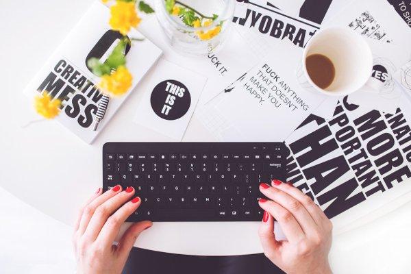 Fot. Fexels / [url=https://www.pexels.com/photo/girl-writing-on-a-black-keyboard-6469/]kaboompics.com[/url]/[url=https://www.pexels.com/photo-license/]CC0 License[/url]