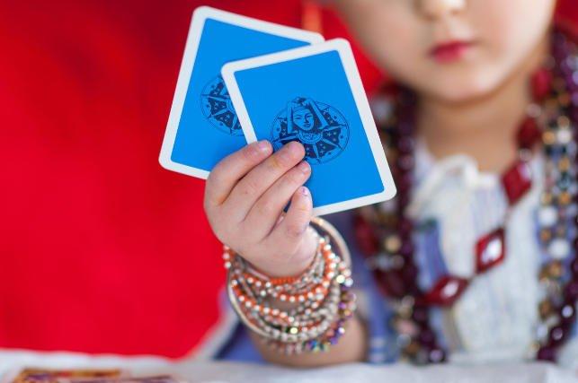 W wychowywaniu dzieci jest równie dużo magii, co zdrowego rozsądku. Rodzice nie potrafią do końca oprzeć się ludowym tradycjom.