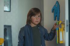 Chłopiec wchodzi do swojego drugiego, identycznego pokoju w domu ojca